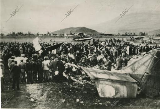 Vista general de los restos del accidente en el que falleció Gardel